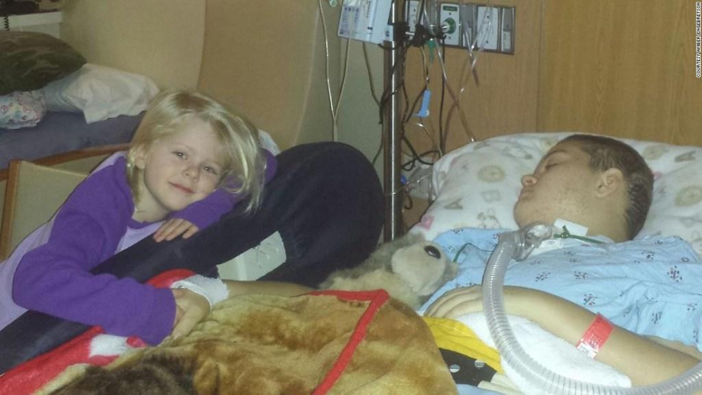 Alyssa Gilderhus con su hermana menor descansando en la Clínica Mayo.
