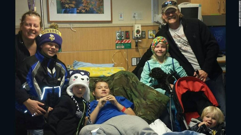 Alyssa Gilderhus con su madre y su padrastro, Amber y Duane Engebretson, y sus hermanos menores.