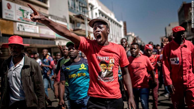 Los partidarios del partido opositor Movimiento por el Cambio Democrático (MDC) protestan contra el presunto fraude generalizado de la autoridad electoral y el partido gobernante. (Crédito: LUIS TATO/AFP/Getty Images)