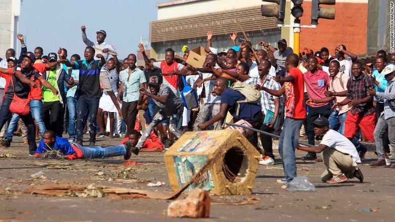 Partidarios del partido de oposición reaccionan después de que la policía disparó gases lacrimógenos en Harare, Zimbabwe. (Crédito: AP Photo/Tsvangirayi Mukwazhi)