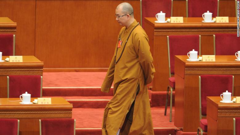 El maestro budista Xuecheng llega a la sesión de apertura de la Conferencia Consultiva Política del Pueblo Chino en Beijing el 3 de marzo.