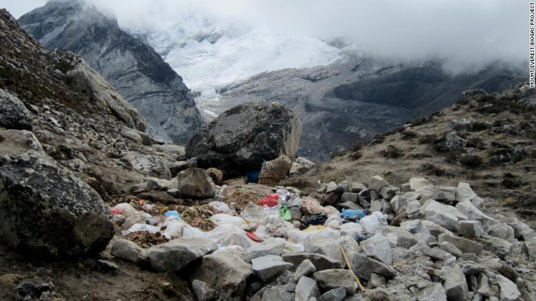 En el lago helado los residuos se vierten en fosas abiertas