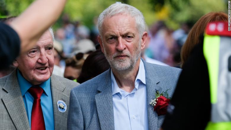 Corbyn camina entre las multitudes después de pronunciar un discurso en Durham, Inglaterra, en julio.