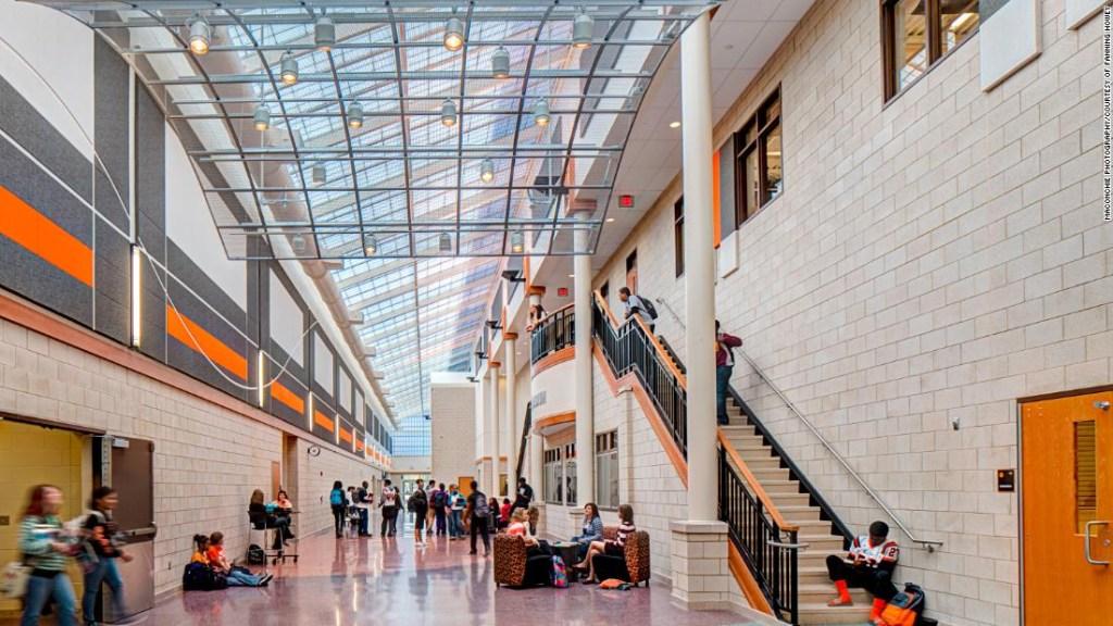 Los pasillos de las escuelas nuevas están diseñados para ser espacios abiertos y colaborativos con líneas de visión claras para que los maestros y los administradores escolares puedan observar.