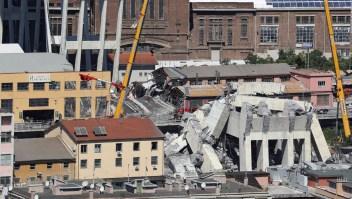 Rescatistas buscan víctimas entre los escombros del puente Morandi