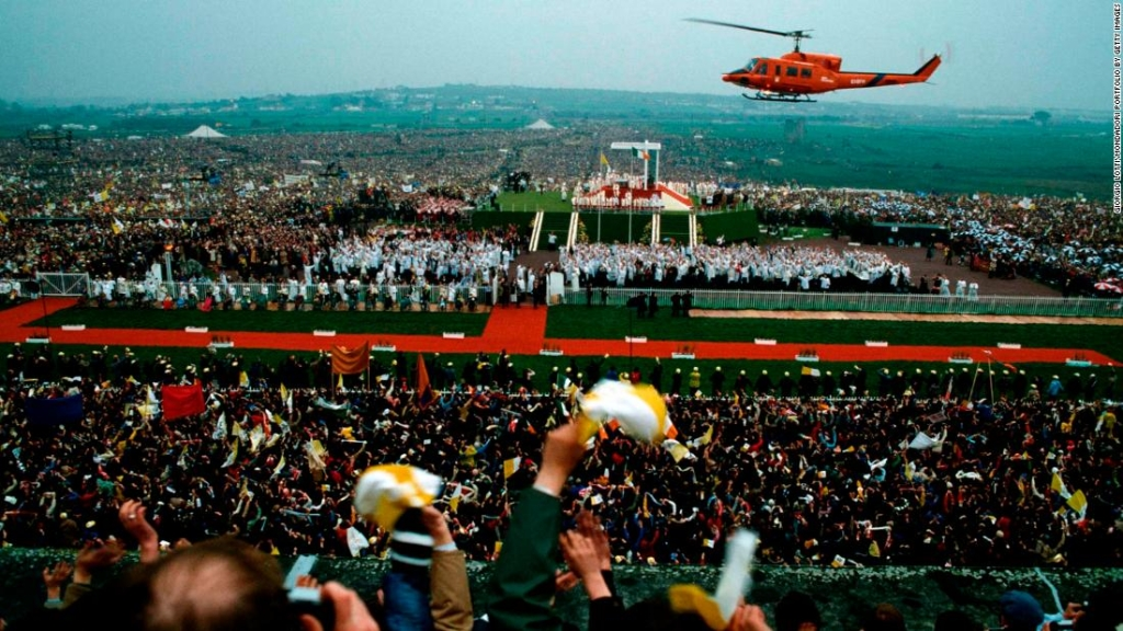 """El papa Juan Pablo II llegó en helicóptero a una """"Misa de jóvenes"""" en Galway durante su visita de 1979. (Crédito: Giorgio LottiMondadori Portfolio by Getty Images)"""