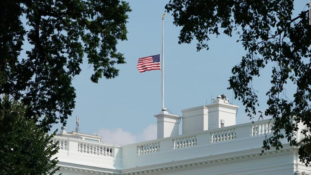 Críticas para la Casa Blanca por respuesta a muerte de McCain