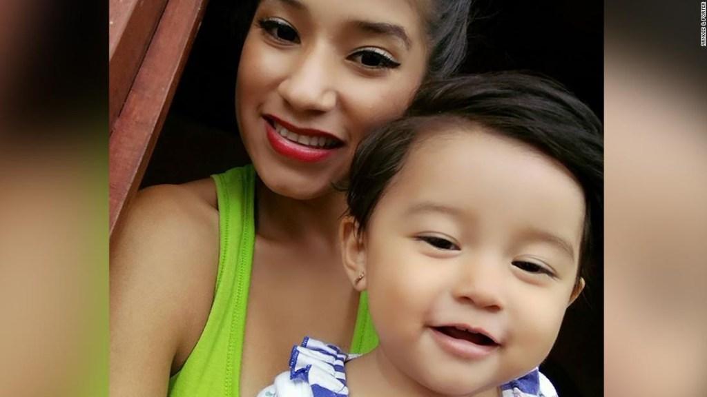 Yazmin Juárez, de 20 años, y su hija de 18 meses, Mariee, fueron detenidas en Dilley, Texas.