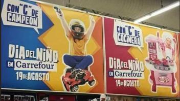 La imagen difundida por redes sociales en la que se ve que Carrefour dice que los niños son campeones y las niñas coquetas. (Crédito: Twitter).