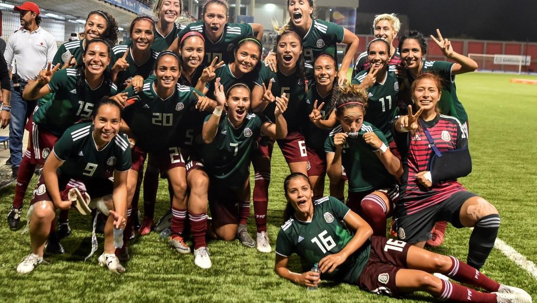 Las jugadoras del equipo de fútbol mexicano posan tras ganar la medalla de oro en los Juegos Centroamericanos 2018. (Crédito: LUIS ROBAYO/AFP/Getty Images)