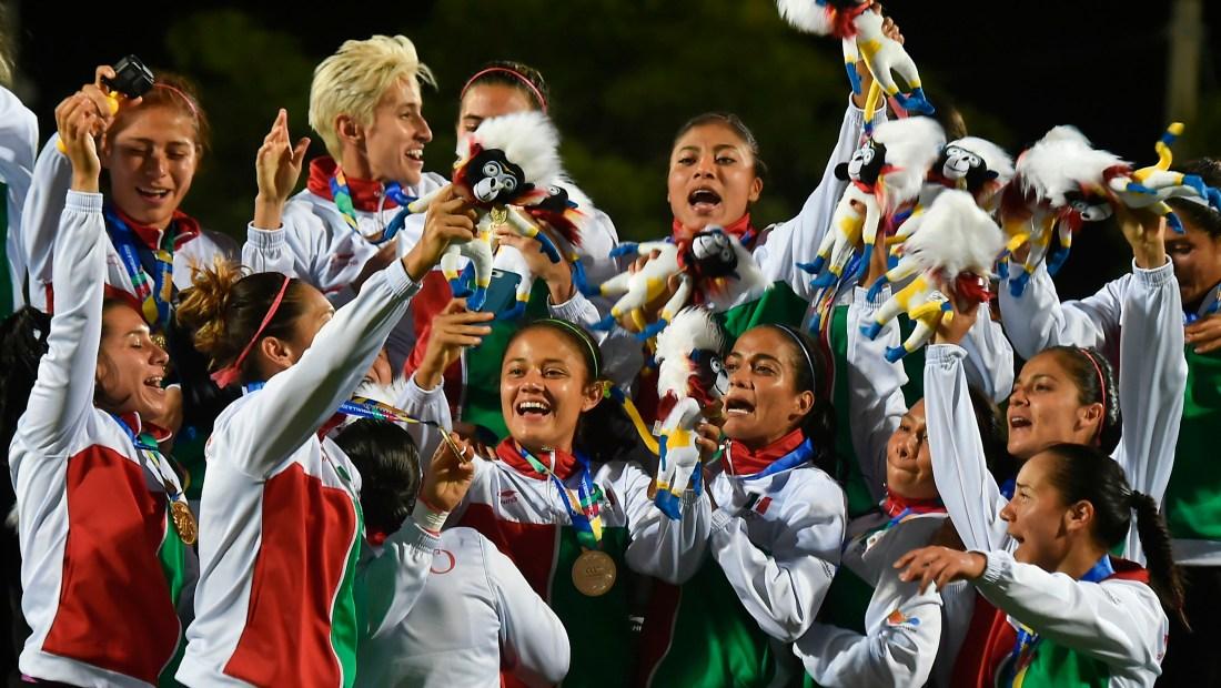 El equipo de fútbol mexicano celebra su medalla de oro en los Juegos Centroamericanos. (Crédito: LUIS ROBAYO/AFP/Getty Images)