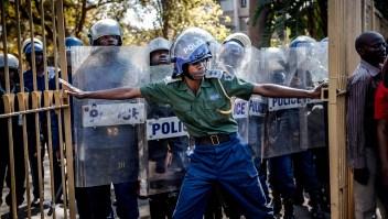 Enfrentamientos entre Policía, Ejército y manifestantes de la oposición antes de conocer los resultados de las elecciones en Zimbabwe este 1 de agosto. (Crédito: LUIS TATO/AFP/Getty Images)