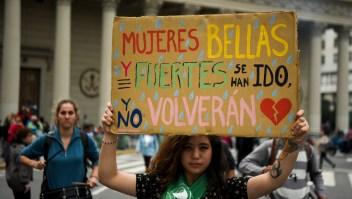Manifestación en contra de la violencia de género y los feminicidios en Argentina, en abril de 2018. (Crédito: EITAN ABRAMOVICH/AFP/Getty Images)