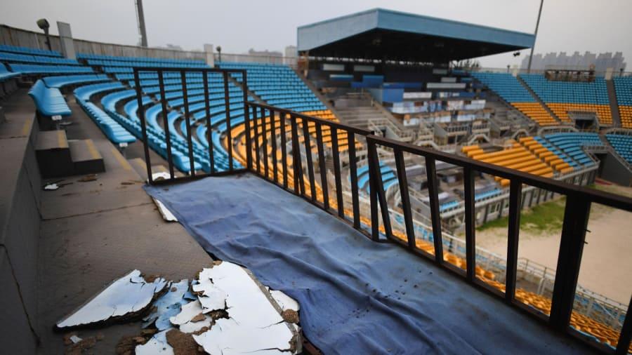 Madera podrida: en otro lugar del estadio de voleibol de playa, la madera se está pudriendo.