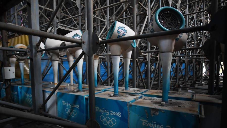Grandes cambios: en preparación para los Juegos Olímpicos de 2008, Beijing tuvo una gran actividad de construcción. Algunos barrios fueron destruidos para construir los enormes estadios.