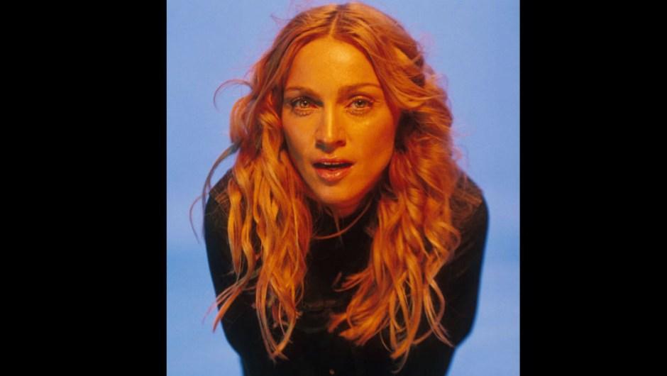 """Una nueva reinvención llegó en 1998 con """"Ray of Light""""- La nueva madre soltera de 40 años lanzó su álbum más personal y sonéticamente innovador, en el que reflexiona sobre la maternidad, la fama y la muerte prematura y devastadora de su propia madre, todos ellos fundados en una nueva perspectiva espiritual inspirada por su inmersión en la Cábala, una antigua forma mística del judaísmo. (Nota al pie: ¡su pelo de playa Botticelli! ¡Su piel húmeda!) """"Es un sistema de creencias que te da herramientas para lidiar con la vida. Muchos de sus principios se parecen a los conceptos del cristianismo o el budismo"""", explicó Madonna a Oprah Winfrey en 2005. """"Nunca me había sentido más creativa. Una cosa que aprendí es que no soy dueña de mi talento, soy la administradora de él. Y si aprendo cómo administrar mi talento correctamente, y si acepto que solo estoy canalizando cosas que provienen de Dios, el el talento seguirá fluyendo a través de mí """"."""