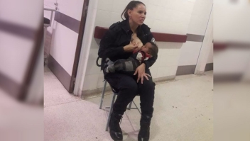 Imagen de la agente de Policía amamantando a un bebé ajeno en Buenos Aires. (Crédito: Marcos Heredia)