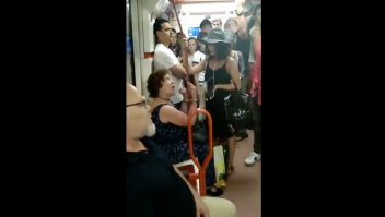 """Una chica regaña a una mujer por """"racista"""" al no dejar a una niña de aspecto latino sentarse a su lado en el Metro de Madrid. (Crédito: Iram Martínez/Infamia)."""