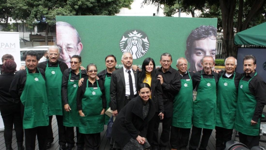 Inauguración de la primera tienda de Starbucks atendida solo por adultos mayores de 60 años.