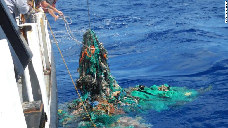 Los investigadores retiran una red de pesca descartada del océano Pacífico.