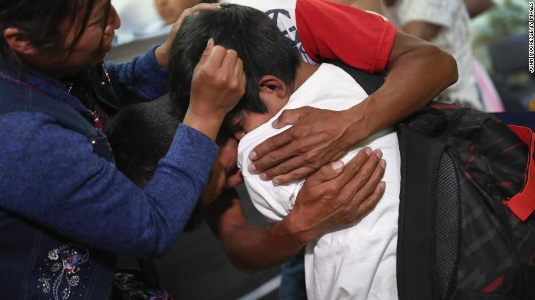Unos padres abrazan a su hijo por primera vez en meses el 7 de agosto de 2018 en la ciudad de Guatemala, Guatemala.