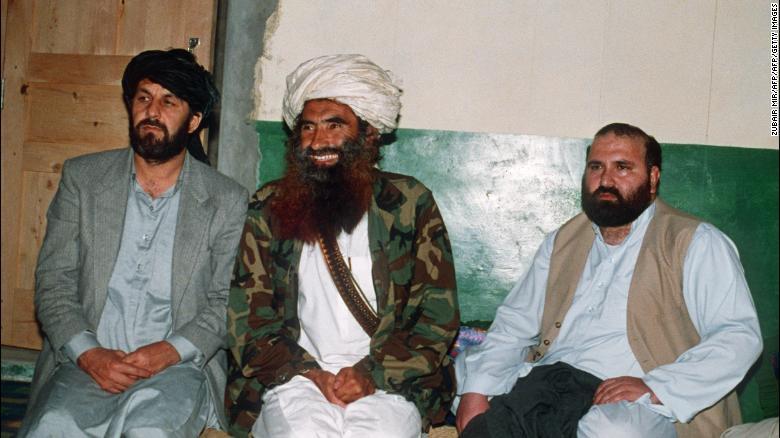 Una foto del 2 de abril de 1991 muestra al comandante afgano Jalaluddin Haqqani (centro) en su base paquistaní en Miram Shah con Amin Wardak y Abdul Haq, dos altos comandantes de la guerrilla.