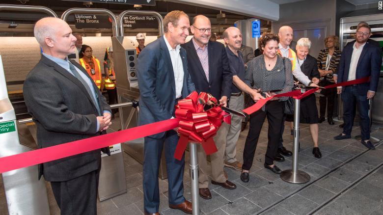 Funcionarios de tránsito de la ciudad de Nueva York celebran la reapertura de la estación de metro de Cortlandt Street después de que fuera destruida el 11 de septiembre de 2001.