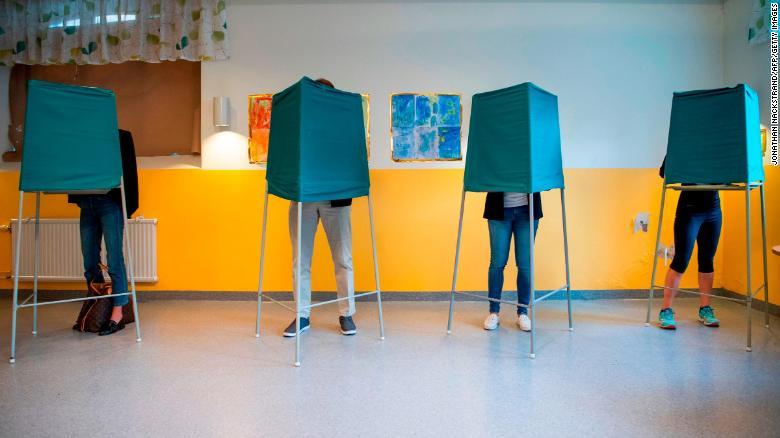 Los votantes marcan sus votos en una mesa electoral en Estocolmo el domingo.