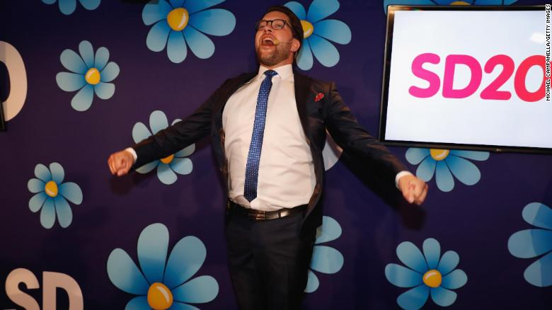 El líder de los demócratas de la extrema derecha de Suecia, Jimmie Åkesson, habla en el centro electoral del partido el domingo.
