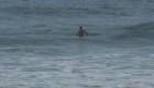 Surfista intenta desafiar los vientos antes de la llegada de Florence