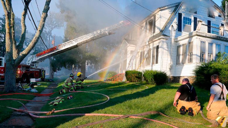 Los bomberos combaten el incendio de una casa el jueves en North Andover, Massachusetts. (Crédito: AP Photo/Mary Schwalm)