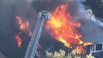 Incendios en casas por sospechosas explosiones de gas en Massachusetts