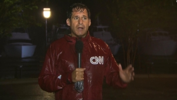 El viento de Florence rompe un micrófono de CNN