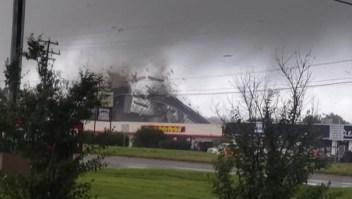 Un tornado arranca un techo y lo hace pedazos en segundos
