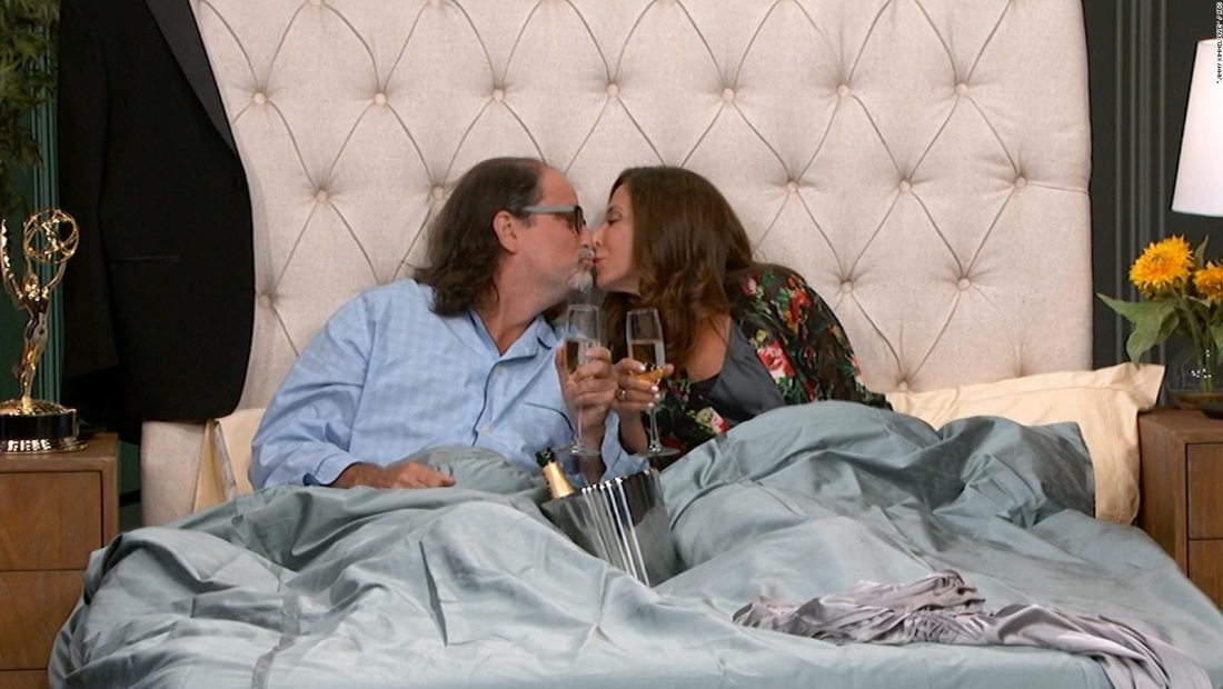 Pareja que se comprometió en los Emmy celebra con Kimmel