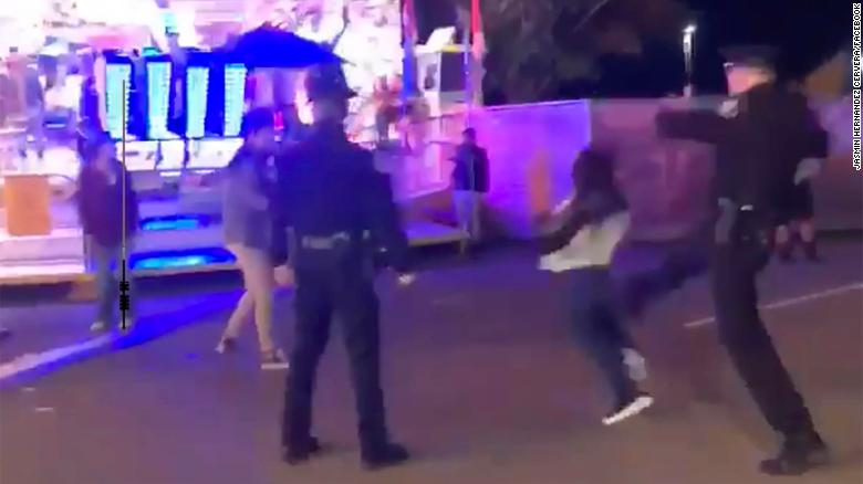 Una imagen capturada en video muestra la conducta de la policía bajo investigación.