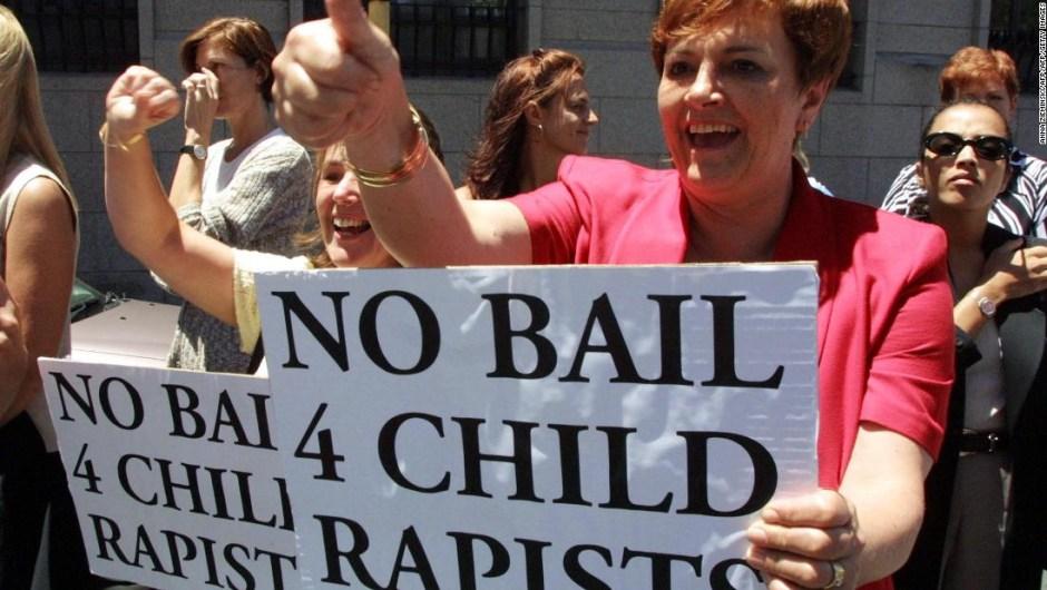 Protesta en Sudáfrica contra las violaciones a niñas. (Crédito: ANNA ZIEMINSKI/AFP/Getty Images)