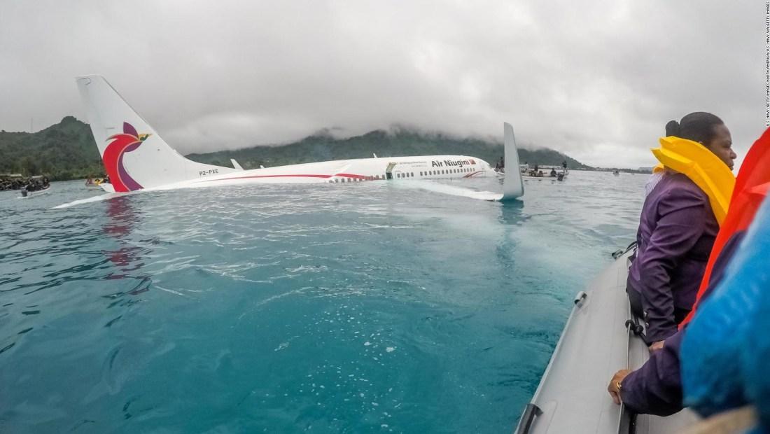 El accidentado aterrizaje de un avión que terminó en el mar