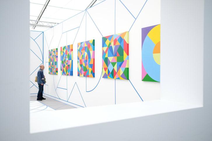Un hombre mira obras de Eduardo Terrazas en la Feria de Arte Frieze. (Crédito: Leon Neal / Getty Images)