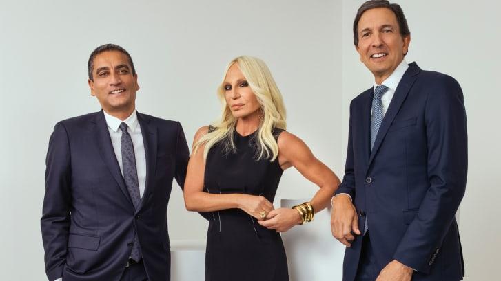 El ejecutivo de Versace Jonathan Akeroyd, la diseñadora Donatella Versace y el consejero delegado de Michael Kors, John Idol. (Crédito: Rahi Rezvani)