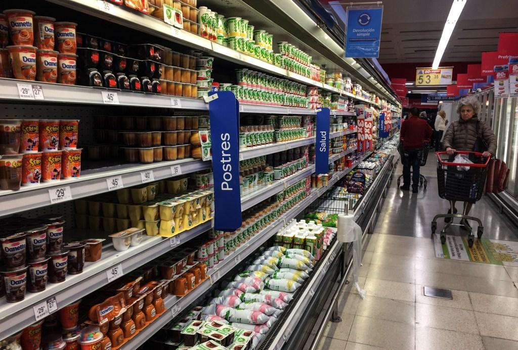 Una mujer en un supermercado de Argentina el 8 de septiembre de este año. (Crédito: STF/AFP/Getty Images)