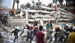 Trabajadores buscan sobrevivientes tras colapso de edificios por el terremoto en Ciudad de México en 2017. (Crédito: YURI CORTEZ/AFP/Getty Images)