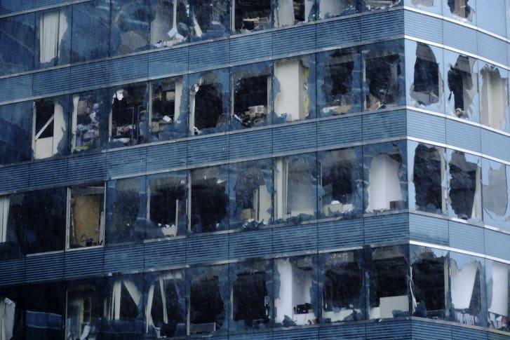 Ventanas de un edificio de oficinas dañadas por el tifón Mangkhut en Hong Kong. (Crédito: Wang Shen / Xinhua vía AP)