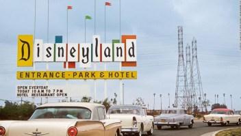 """Bienvenido a Disneyland: Chris Nichols, historiador de la arquitectura y fanático del parque temático, ha escrito sobre la historia de origen de Disneyland en su nuevo libro """"Walt Disney's Disneyland"""". En la foto: el cartel original de Disneyland en Harbor Boulevard, que saludó a los invitados desde 1958 hasta 1989"""