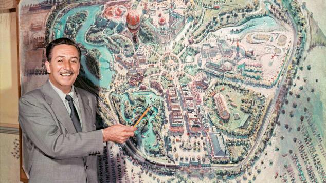 Walt Disney presenta el mapa de su parque en televisión en 1954.