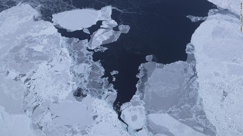 El hielo marino se ve desde el avión de investigación Operación IceBridge de la NASA en la costa noroeste de Groenlandia. Los científicos dicen que el Ártico ha sido una de las regiones más afectadas por el cambio climático.
