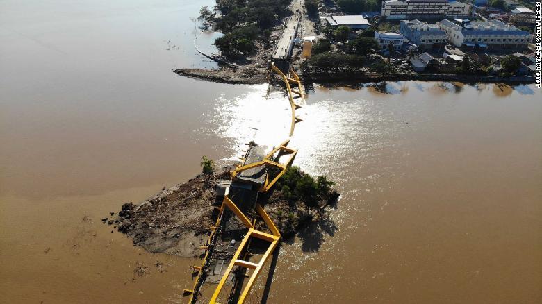 Un puente derrumbado en Palu, la capital provincial de Sulawesi. (Crédito: JEWEL SAMAD/AFP/Getty Images)