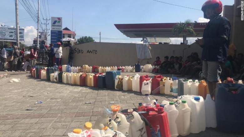 Las botellas se alinean frente a una gasolinera en Palu el martes, esperando ser llenadas con un combustible precioso.