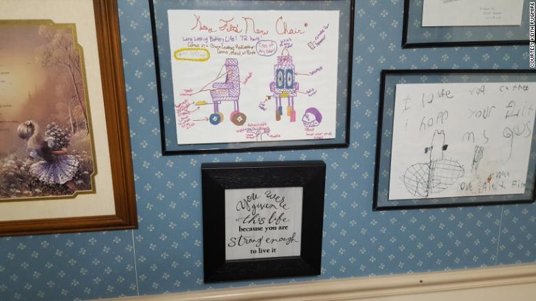 La pared de Kathy Felt está cubierta con dibujos y notas de los hijos de voluntarios.