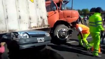 Pasajeros de autos quedaron atrapados bajo un camión